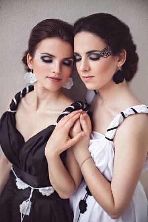 maquillaje de fantasia: Vogue foto de estilo de dos se�oras en vestidos largos en blanco y negro con maquillaje de fantas�a