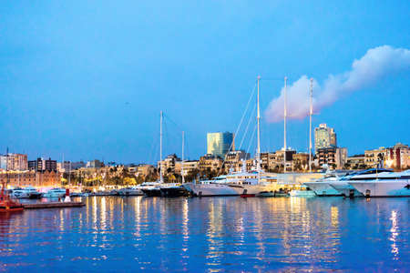 Port Vell al atardecer. Hermosa vista pacífica Barcelona, ??España