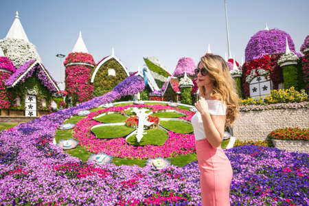 Mujer en retrato de Dubai Garden. Fondos de flores hermosas de día soleado Foto de archivo