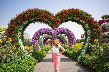 Donna nel ritratto del giardino di Dubai. Giornata di sole bellissimi sfondi di fiori Archivio Fotografico
