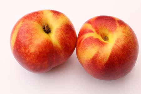 白い背景の上の桃