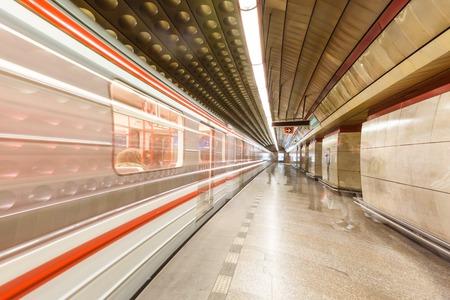 長時間露光にプラハの地下鉄の駅