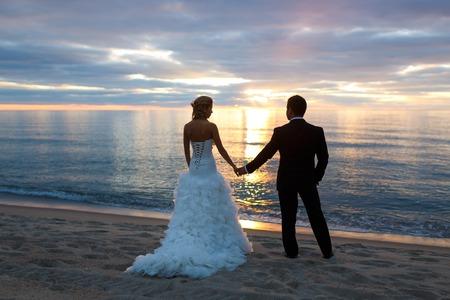 Junges Paar von Geliebten umarmt an der Meeresküste Standard-Bild - 36512716