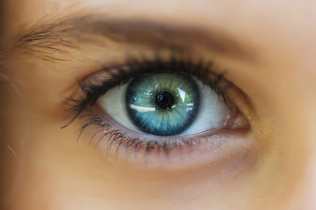 美しい少女の目のクローズ アップ