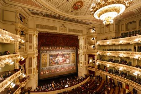 ドレスデン、ドイツ、2015 年 1 月 4 日: バルコニーのドレスデン オペラ ハウス屋内