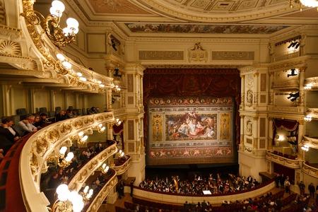 Dresde, Alemania, 04 de enero de 2015: Balcones de Dresde Ópera de interior