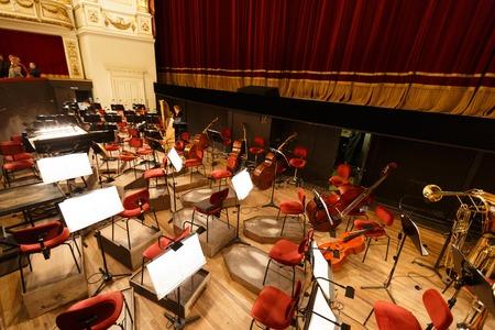 Dresden, Deutschland, 4. Januar 2015: Platz für das Orchester im Opernhaus Dresdn Standard-Bild - 36790023