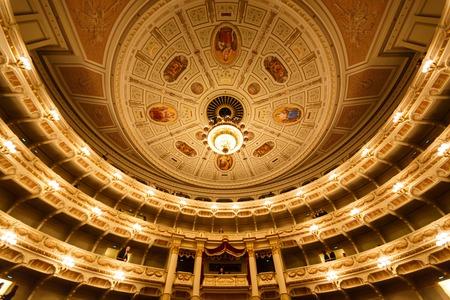Dresden, Deutschland, 4. Januar 2015: Balkone Dresdner Opernhaus Innen Standard-Bild - 36790024