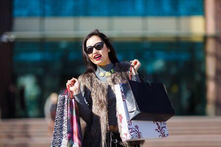 cute teen girl: Молодых азиатских красивая женщина проведение сумок и улыбается на открытом воздухе