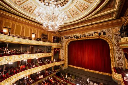 리가, 라트비아, 3 월 09 2014 : 쇼 전에 오페라 하우스에서 무대보기 에디토리얼