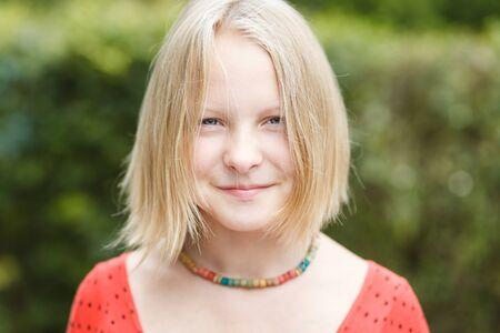 Portrait d'une jeune fille souriante en plein air chez les adolescentes Banque d'images