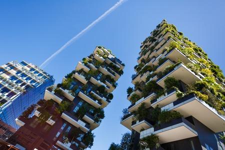 verticales: Milán, Italia - 04 de mayo 2016: Bosco Verticale, edificios de apartamentos de bosques verticales en la zona de Porta Nuova de la ciudad Editorial
