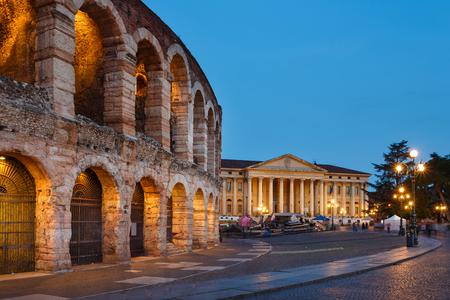 Verona, Italien - 7. Mai 2016: Blick auf die Arena von Verona vor dem Hintergrund des Barbieri Palast, Abendzeit Standard-Bild - 58865599