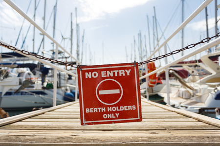 ortseingangsschild: Warning sign at the entrance to the yacht pier, Agios Nikolaos, Greece
