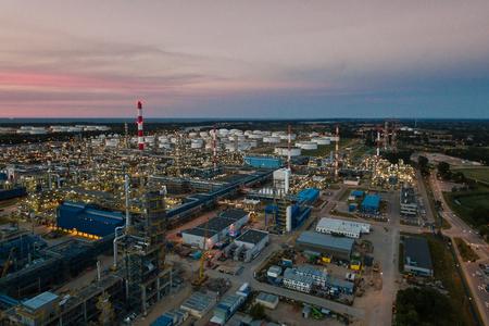 Luchtfoto van de petrochemische olie-raffinaderij plant schijnt 's nachts Stockfoto