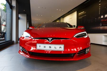 Amsterdam, Países Bajos - 23 de agosto de 2017: El coche de Tesla Model S se exhibe en una tienda, situada en la calle de Hobbemastraat