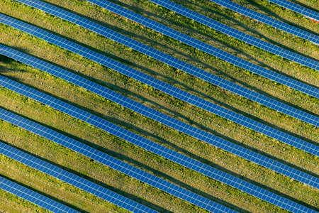 energia electrica: El parque solar en la República Checa en una foto aérea Foto de archivo