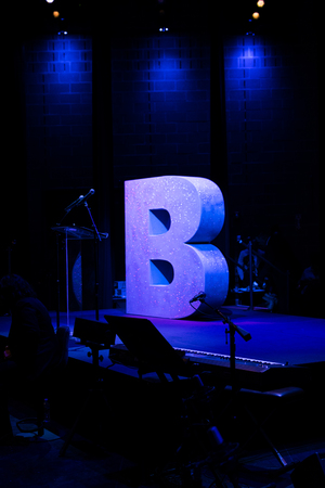 B for Brooklyn on an empty stage, doused in blue light Banque d'images