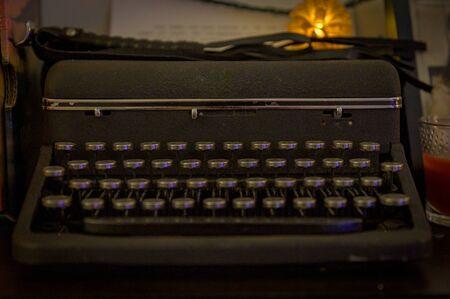 An old-fashinoned typewriter in a dimly it room 版權商用圖片