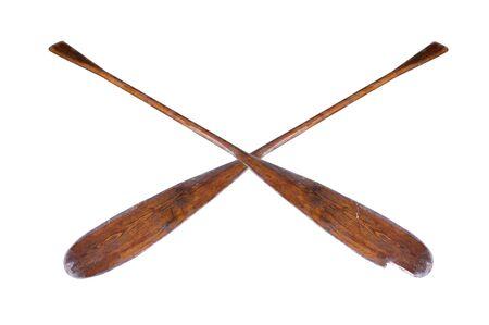 Une paire de rames anciennes, bien utilisées, partiellement cassées, isolées sur fond blanc Banque d'images