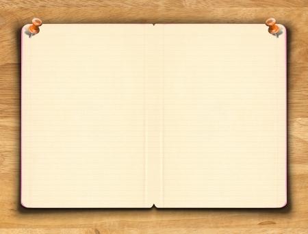 木製の背景上の行と空白のノートブック紙
