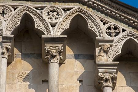 marqueteria: Detalle de la fachada en dos colores de mármol de Carrara del Duomo di Toscana en Italia