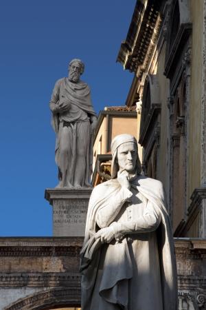 dante alighieri: Photo of the statue of Dante Alighieri in Piazza dei Signori in Verona