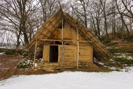 neolithic: Reconstrucci�n hist�rica de la antigua caba�a neol�tica en Ponte di Veja - Italia Foto de archivo