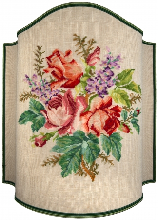 gestickt: Hand-Stickerei auf beige Leinwand von Rosen, Bl�ten und Bl�tter