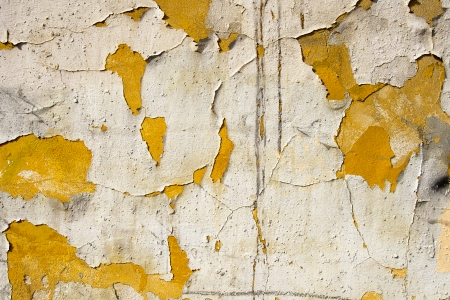 古いオレンジと白の壁をひびの入ったペンキ、ヴィンテージの汚れた壁