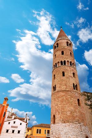 Le clocher de la cathédrale de Santo Stefano Caorle Protomartire - XIe siècle - Venise, Vénétie, Italie
