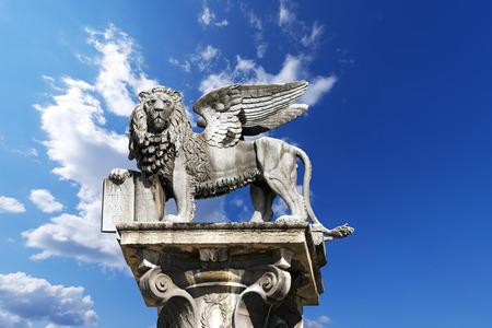 De gevleugelde leeuw van San Marco, het symbool van de Venetiaanse Republiek, in het Piazza delle Erbe, Verona