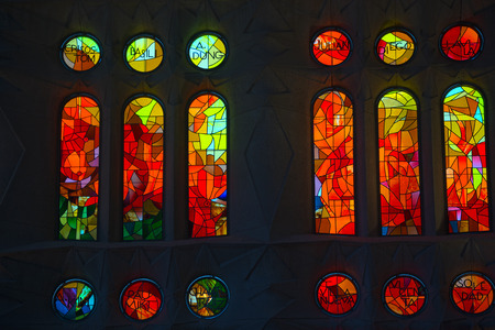 스테인드 글라스 창에서 Sagrada Familia 바르셀로나, 카탈로니아, 스페인의 성당에서 컬러 유리