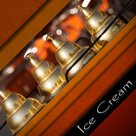 carretto gelati: Sfondo di velluto rosso e arancione con il particolare di un gelato carrello e fascia nera con testo Ice Cream. Modello per un menu di gelato