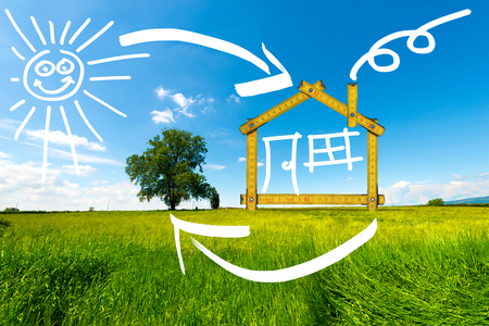Houten gele meter hulpmiddel vormen een ecologisch huis op het platteland