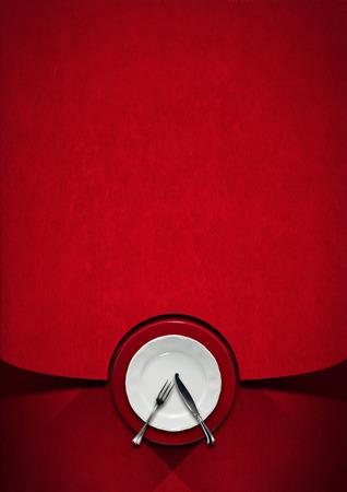 銀食器、フォーク、ナイフ、赤いベルベットの背景の影に空の白と赤のプレートと垂直レストラン メニュー
