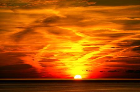 曇り空と海に沈む夕陽。ユネスコ世界遺産チンクエ ・ テッレ、リグーリア州イタリア