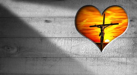 jezus: Drewniane szare tło z otworem w kształcie serca z Jezusem ukrzyżowanym i piękny zachód słońca z nieba