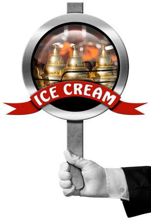 carretto gelati: Mano di chef in possesso di un segno di metallo con un primo piano di un carretto dei gelati e nastro rosso con crema testo di ghiaccio. Isolato su sfondo bianco