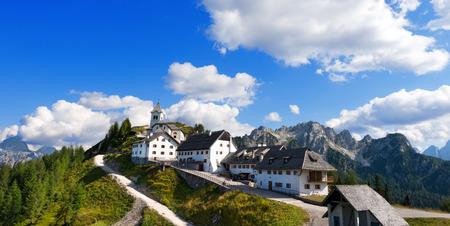 Vista panoramica del borgo antico di Monte Lussari 1790 m nelle Alpi italiane. Tarvisio, Friuli Venezia Giulia, Italia Archivio Fotografico