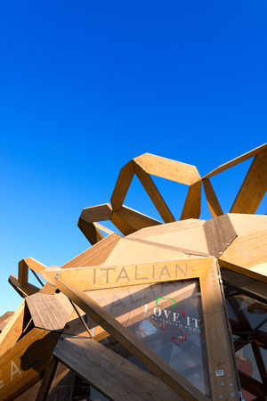 universal love: MILAN, ITALIA - 31 DE AGOSTO, 2015: Love It pabell�n en la Expo Milano 2015, exposici�n universal sobre el tema de la comida, en Mil�n, Lombard�a, Italia, Europa Editorial