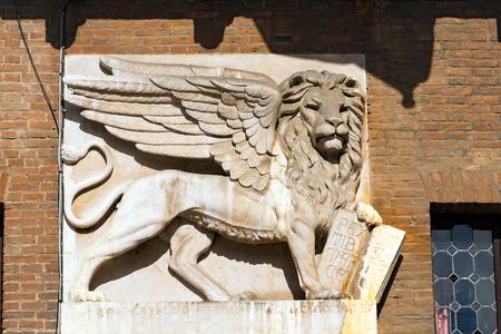 leon con alas: El le�n alado de San Marcos, s�mbolo de la Rep�blica de Venecia, en la Piazza dei Signori,