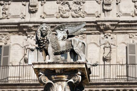 leon con alas: El le�n alado de San Marcos, s�mbolo de la Rep�blica de Venecia, en la Piazza delle Erbe, Verona, Veneto, Italia