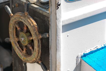 timon barco: Detalle de una vieja rueda de tim�n de madera de un peque�o barco de pesca. Liguria, Italia