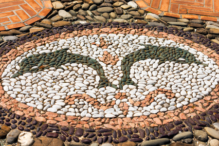 oratoria: Detalle de la plaza de la iglesia con dos delfines, del oratorio dedicado a San Erasmo (siglo XVI) en Bonassola, antiguo pueblo, La Spezia, Liguria, Italia Foto de archivo