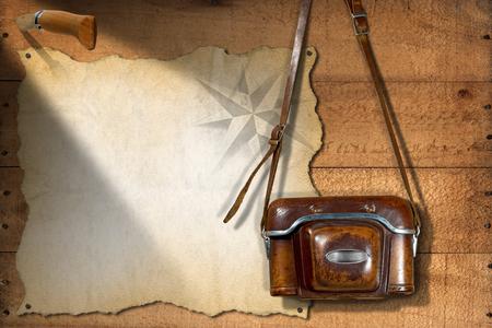 temperino: Vecchio e vintage fotocamera con custodia in pelle, pergamena vuota con rosa dei venti e un coltello penna. Modello per viaggi avventurosi Archivio Fotografico