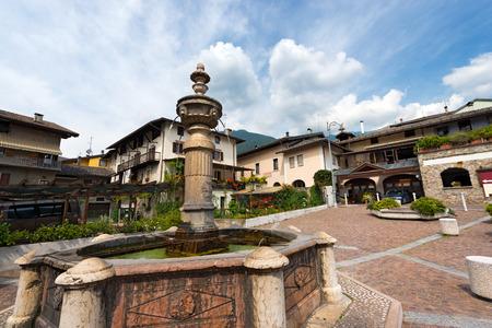 octagonal: Detalle de una fuente octogonal de mármol antiguo (1553) en Levico Terme (Venezia Square), Trentino Alto Adige, Italia, Europa