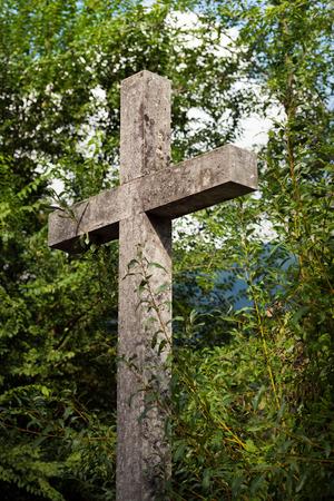 memorial cross: Detalle de una cruz de mármol gris con Cristiano árboles verdes. Trentino Alto Adige, Italia Foto de archivo