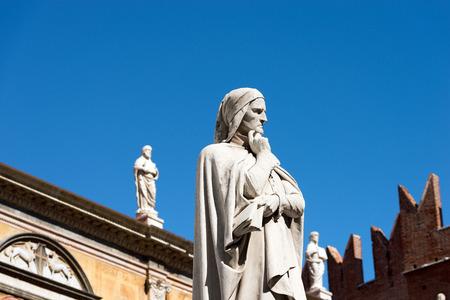 dante alighieri: Statue of Dante Alighieri (1265-1321) father of the Italian language in Piazza dei Signori in Verona  ) Veneto, Italy