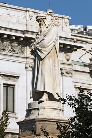 leonardo da vinci: Statue of Leonardo da Vinci (1872) in Piazza della Scala (Scala square) in Milano (Milan), Lombardia (Lombardy), Italy